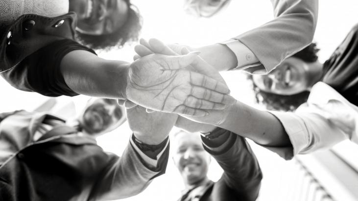 impliquez, C.A, équipe,5 personnes, joyeuses, qui s'entraide, multiculturel
