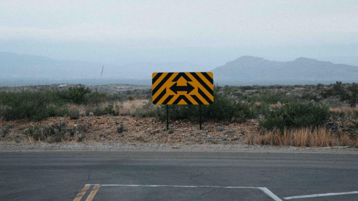intersection de route dans un milieu désertique avec montagne